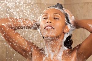cheveux défrisés : le shampoing