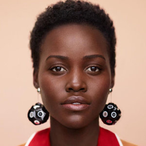 lupita nyongo coiffure afro cheveux crépu coupe courte taperd cut